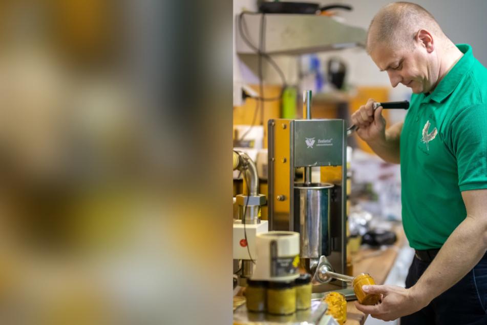 Zeigt, wie Profis Senf hinzugeben: Inhaber René Weißbach (42) beim Füllen eines Glases in seiner Manufaktur.