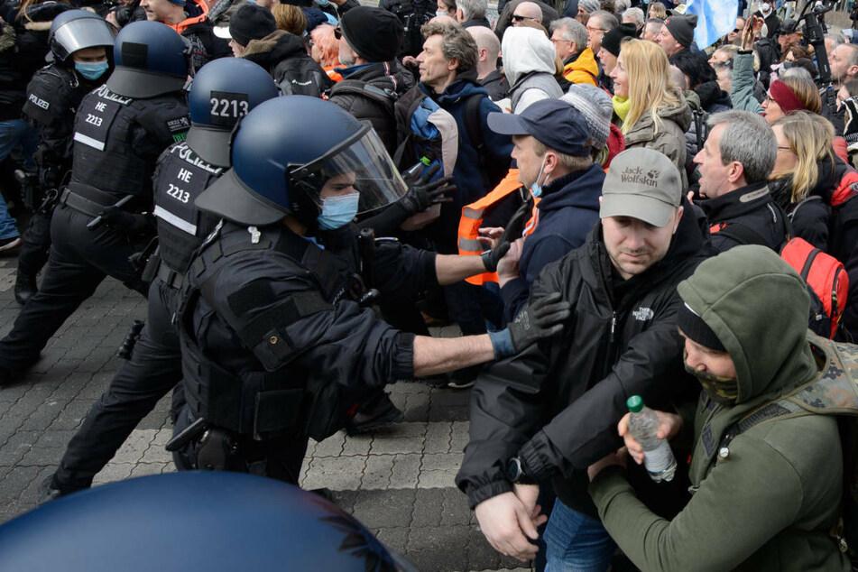 Vor einer Woche in Kassel demonstrierten mehr 20.000 Menschen gegen die Corona-Maßnahmen, erlaubt waren nur 6000.