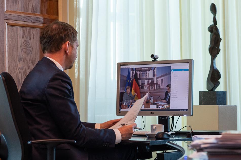 Michael Kretschmer vor seinem Bildschirm.