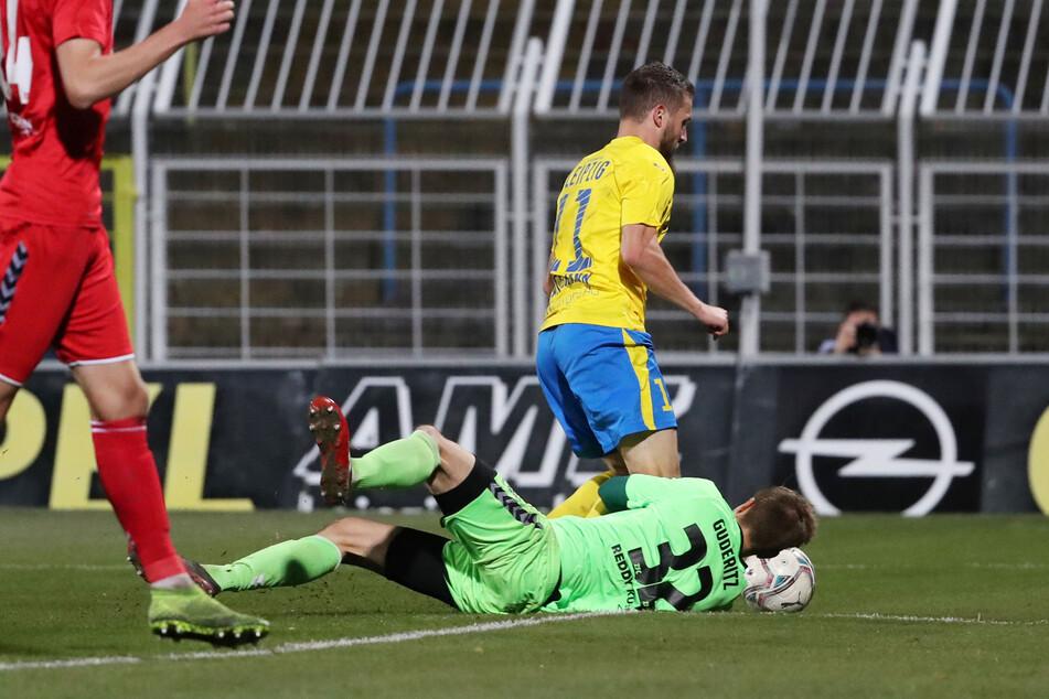 Nach einem Foul von Fabian Guderitz an Tom Nattermann bügelte der Keeper seinen Fehler wieder aus und wehrte einen von Paul Schinke geschossenen Elfmeter ab.