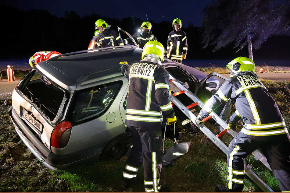 Die Freiwillige Feuerwehr Adelsberg und Kleinolbersdorf üben für den Ernstfall: Nach einem Autounfall müssen sie die festsitzenden und verletzten Insassen befreien.