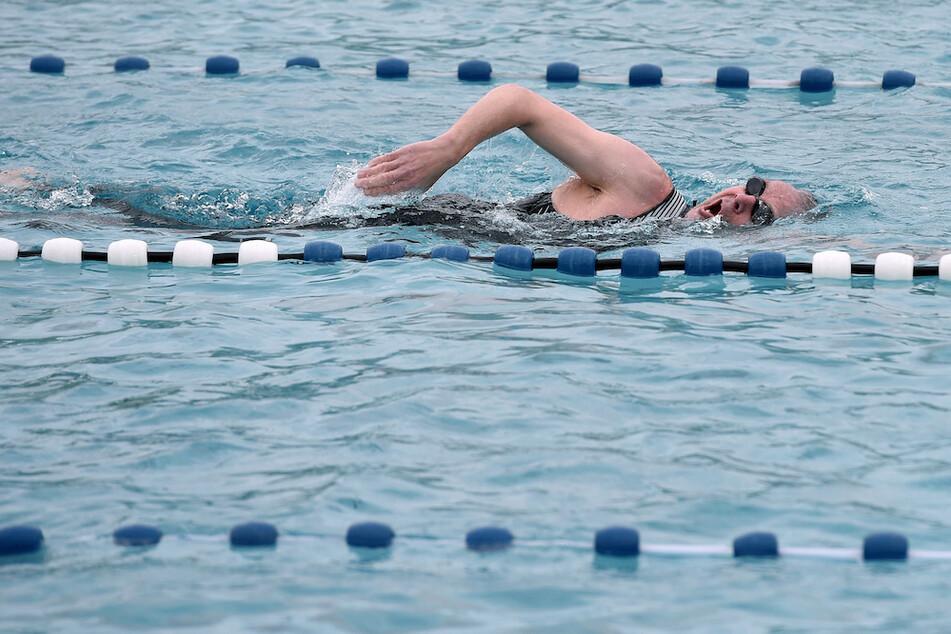 Nach vielen Monaten, die das Rheinbad in Düsseldorf wegen der Corona Pandemie geschlossen war, konnten heute die ersten Schwimmer im Freibad ihre Bahnen ziehen.