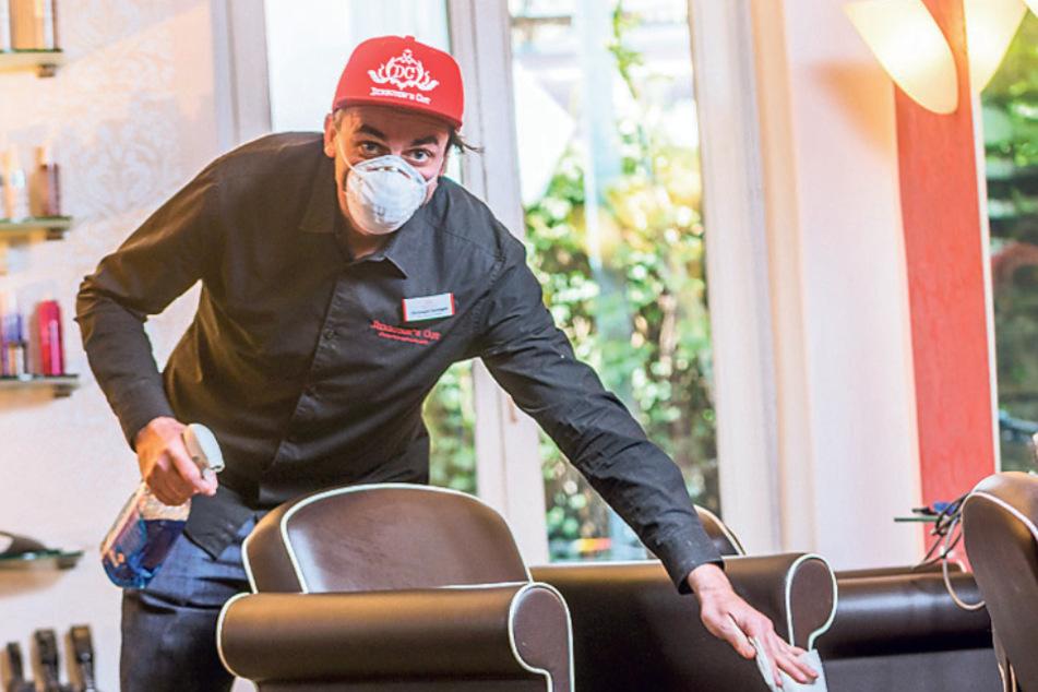 Auch Friseure wie Christoph Steinigen (44) dürfen wieder öffnen. Aber unter Einhaltung strengster Hygienevorschriften.