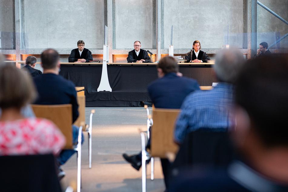 Der Vorsitzende Richter Johannes Wieseler (m.) und seine Kollegen Volker Messing (l.) und Dirk Pelzer saßen gemeinsam mit den Klägern wegen der aktuellen Corona-Bestimmungen in der Lobby des Oberlandesgerichtes.