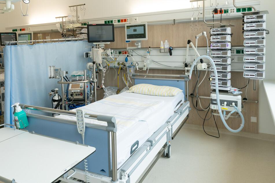 Ein Intensivbett in einer Intensivstation der Uniklinik Dresden. Die Belegung solcher Betten wird künftig wichtiger für die Bewertung des Infektionsgeschehens.