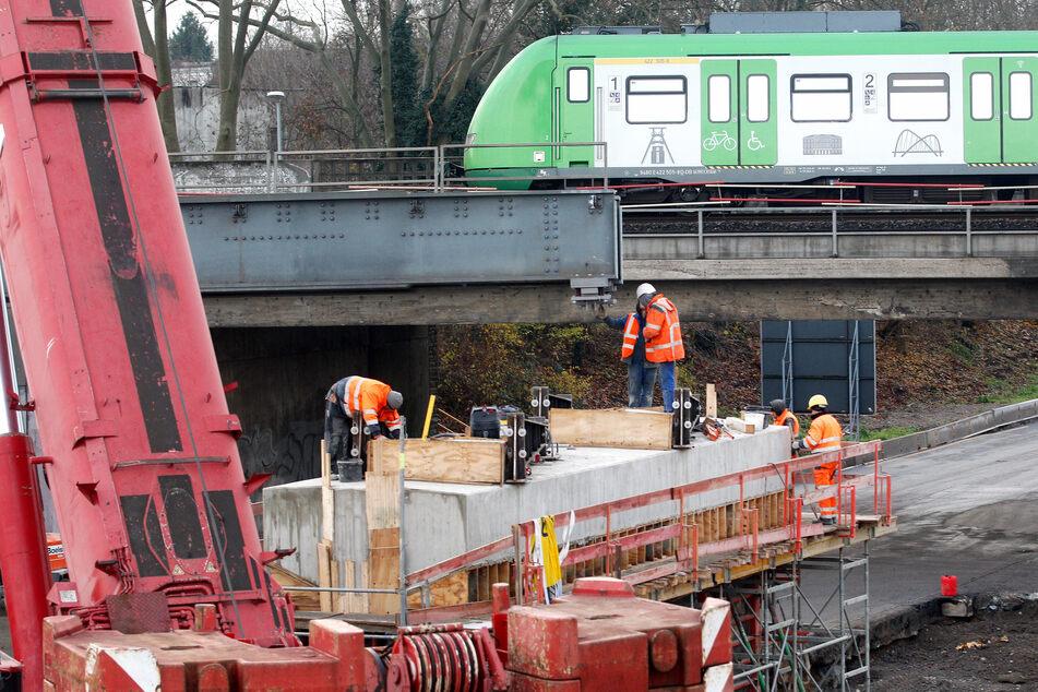 Die Bahnbrücke über der A40 wurde zügig repariert.