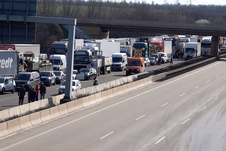 Der Verkehr staut sich derzeit bis auf die A2.