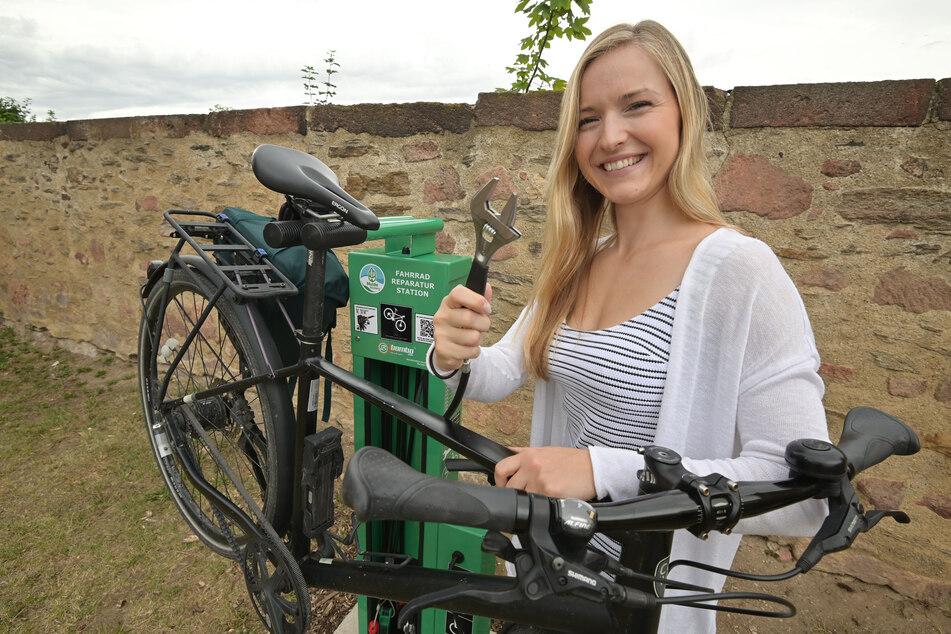 Sophie Weinholf (23) testete die neue Selbsthilfestation am Mulderadweg in Rochlitz.