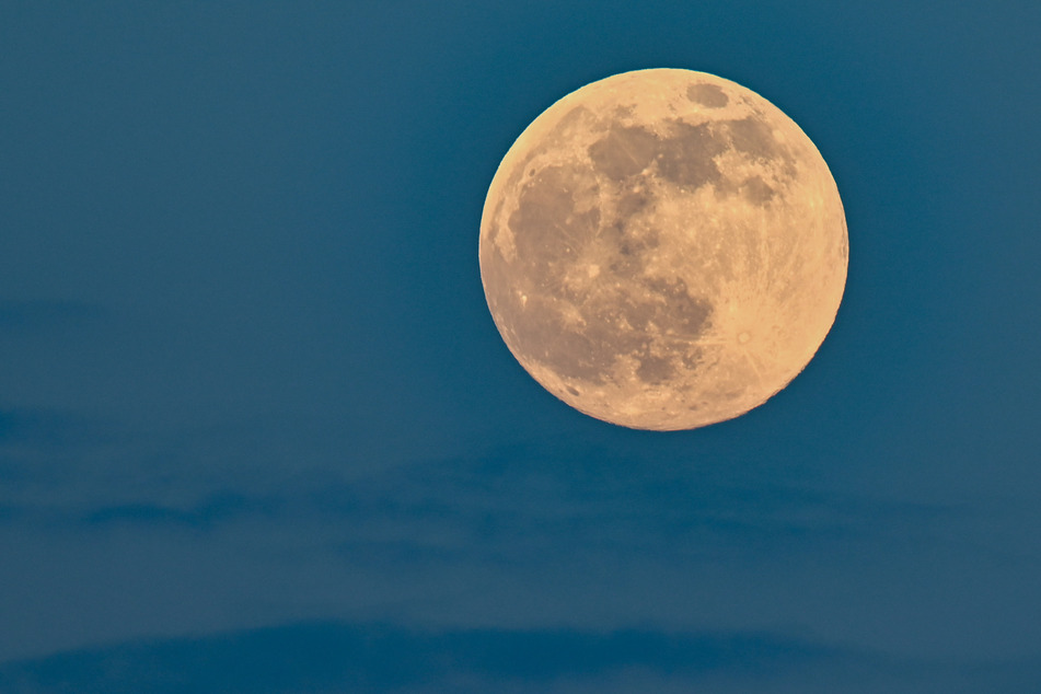 Mit ein bisschen Fantasie konnte man tatsächlich ein paar rosa Flecken auf dem Mond erkennen.