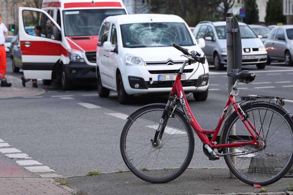 Radfahrerin bei Crash mit Auto schwer verletzt