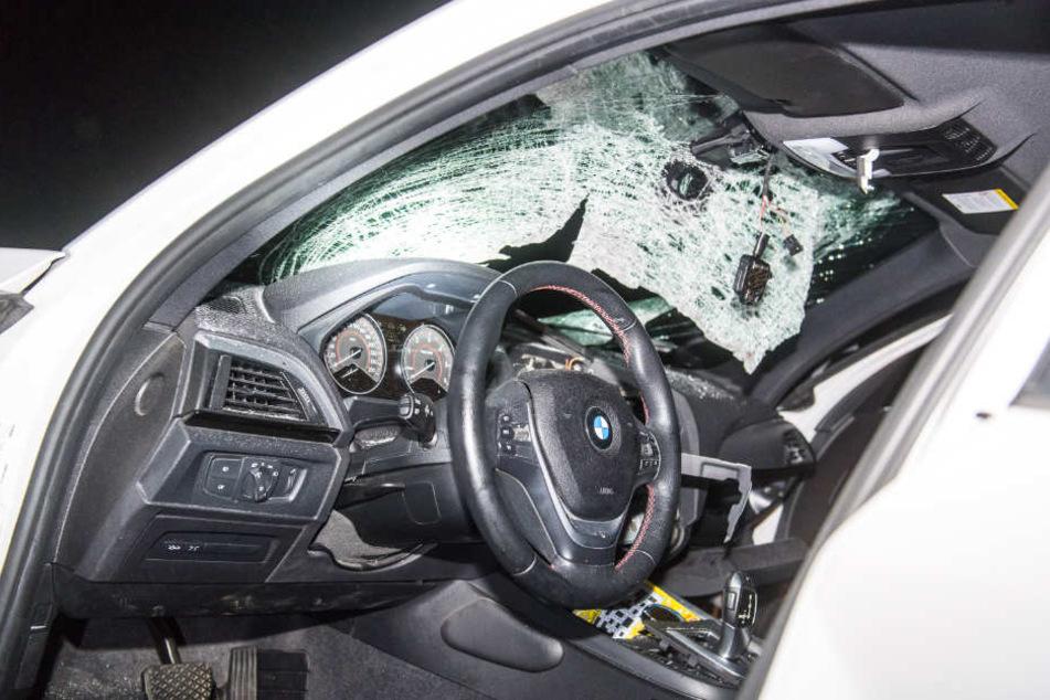 Die Fahrerin des Autos wurde durch den Steinwurf schwer verletzt (Archivbild).