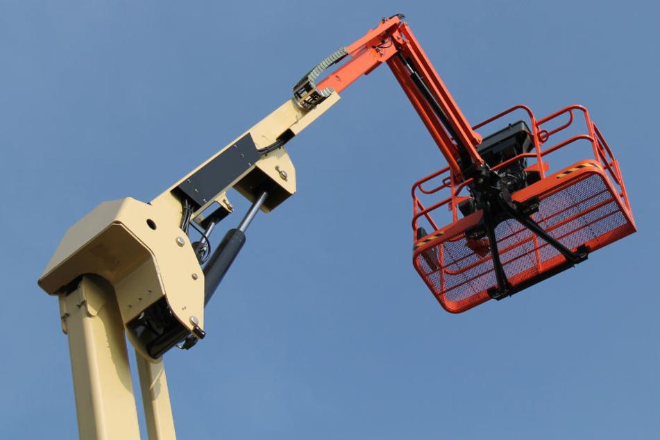 Der Bau-Aufzug löste sich vom LKW und schleuderte mit voller Wucht in den Gegenverkehr. (Symbolbild)