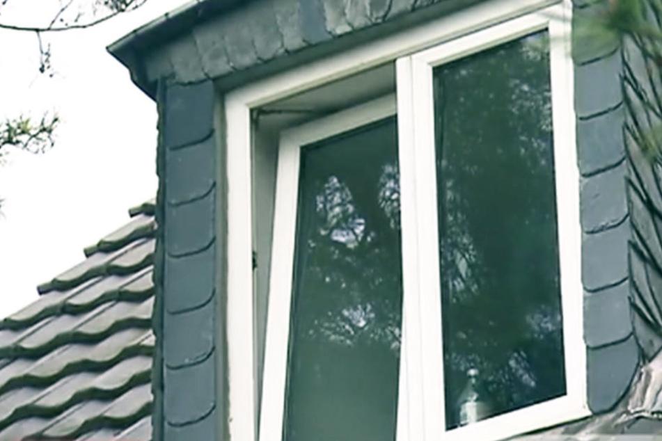 Das Kleinkind lag offenbar tagelang neben der toten Mutter in dieser Dachgeschosswohnung.