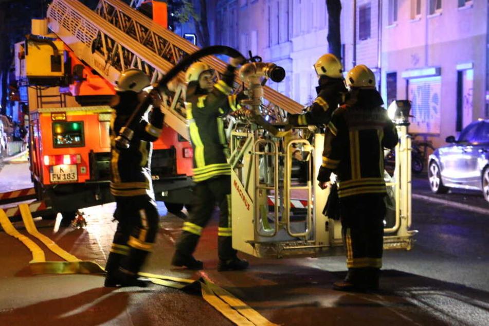 Die Feuerwehr konnte das Feuer im Dachgeschoss erfolgreich löschen.