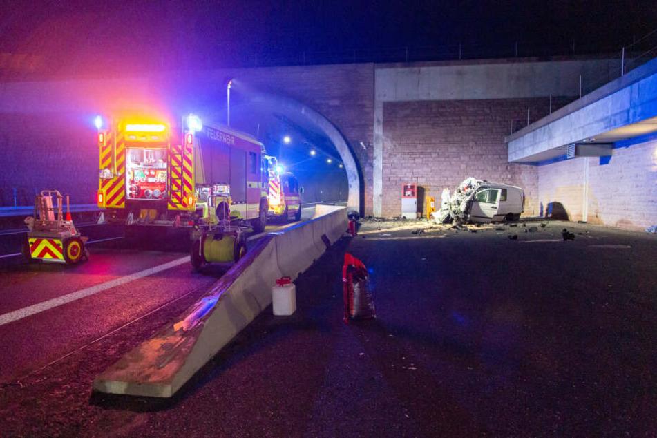 Der Transporter landete quer neben der Tunneleinfahrt.