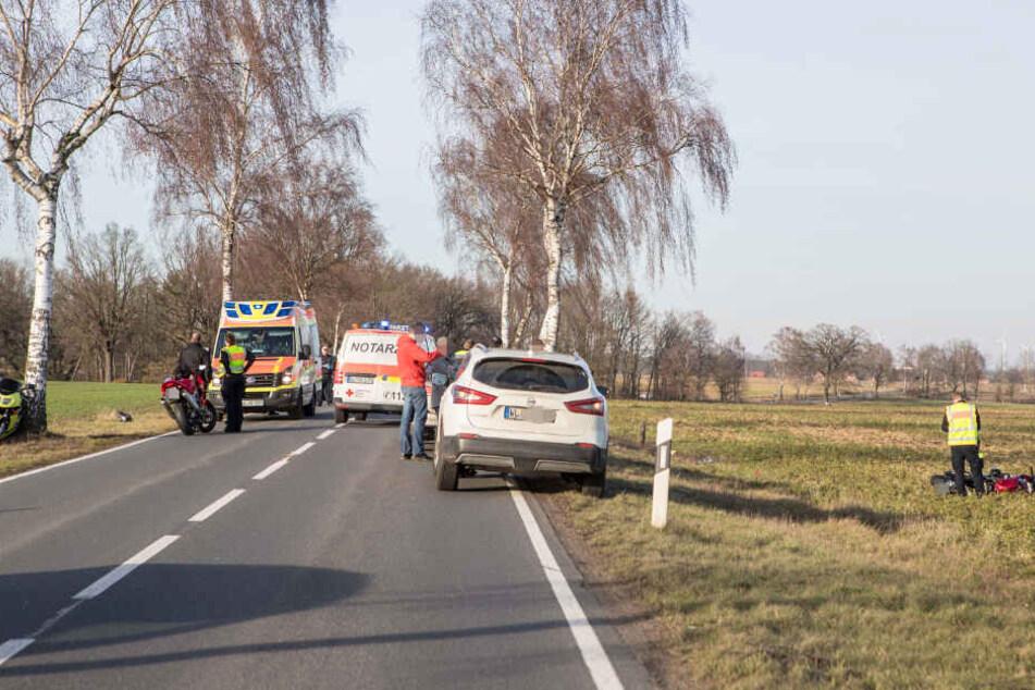 Das Motorrad liegt auf der Wiese, die Straße ist gesperrt.