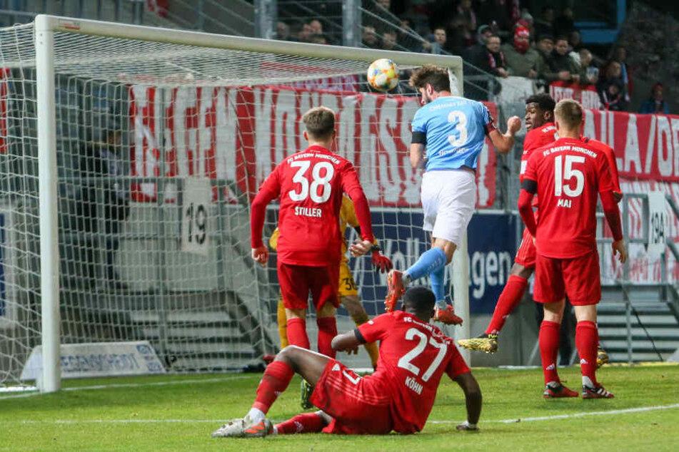 Tor des Tages: Niklas Hoheneder (Nr. 3) köpft zum 1:0 gegen die kleinen Bayern ein. Für den Verteidiger ein seltenes Gefühl.