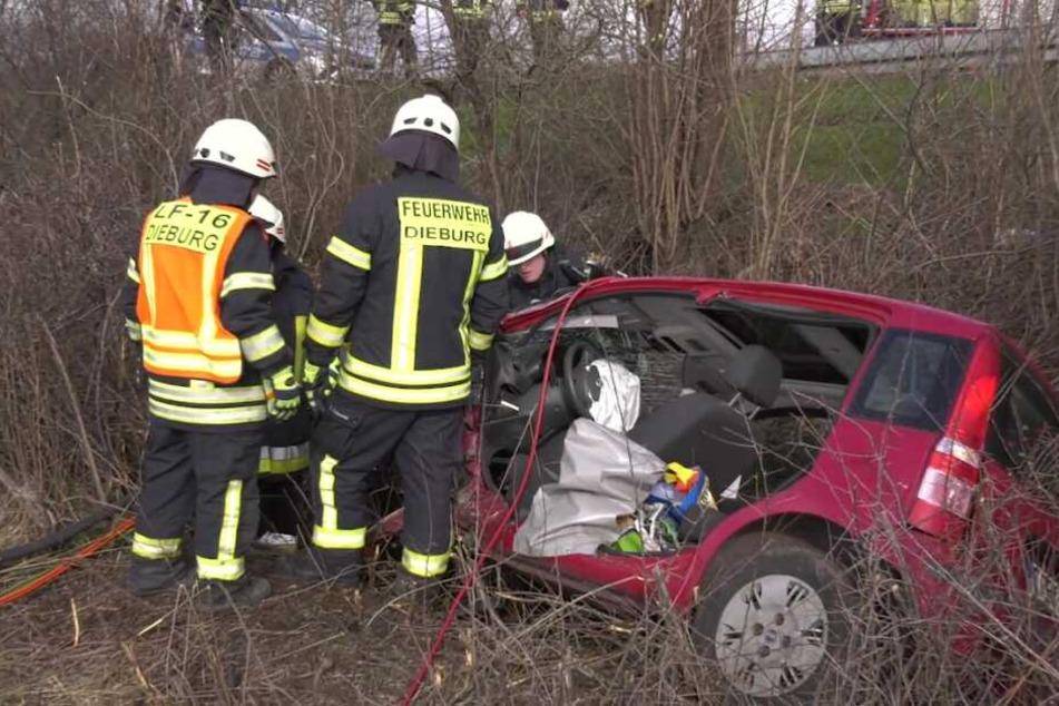 Fiat kracht gegen Baum und rast vier Meter tiefen Abhang hinab