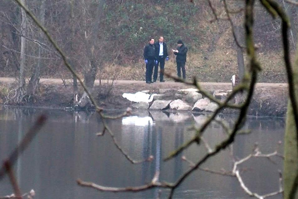 Ermittler am Freitag am Pfingstbergweiher. Dort wurde das Baby gefunden.