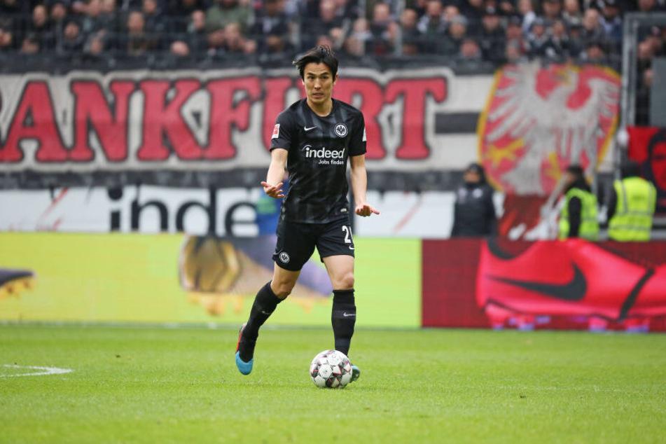 Makoto Hasebe ordnet mit seiner Klasse die Frankfurter Hintermannschaft.