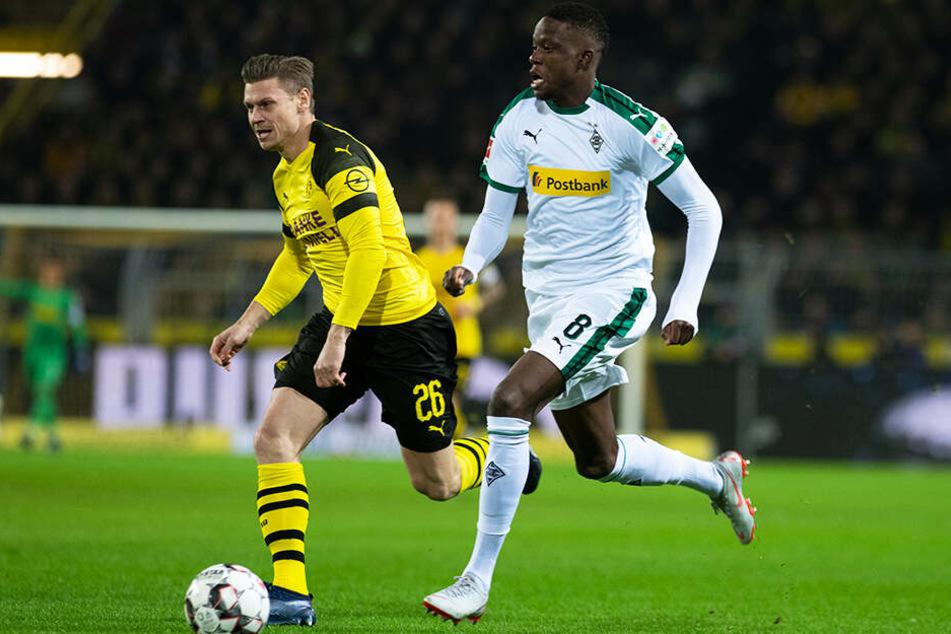 Gladbachs Denis Zakaria (r.) im Duell mit Dortmunds Lukasz Piszczek.