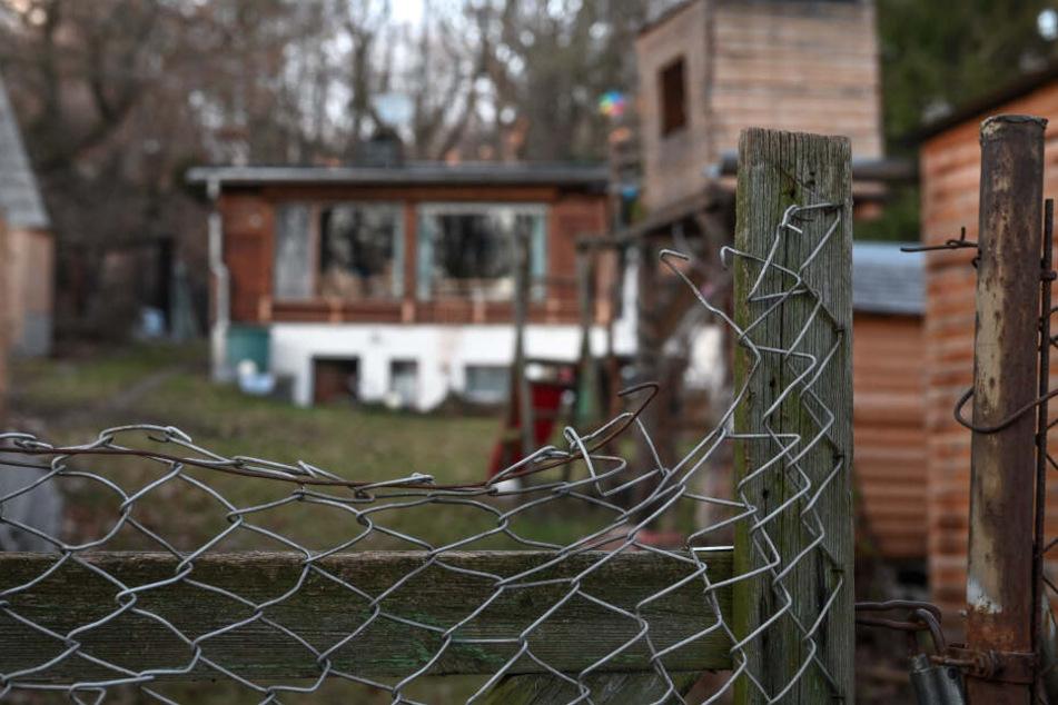 Über den Zaun schlichen sich die Diebe auf das Grundstück.