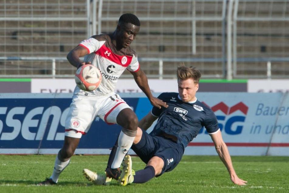 Sirlord Conteh gegen Leon Lingerski (VfB Oldenburg).
