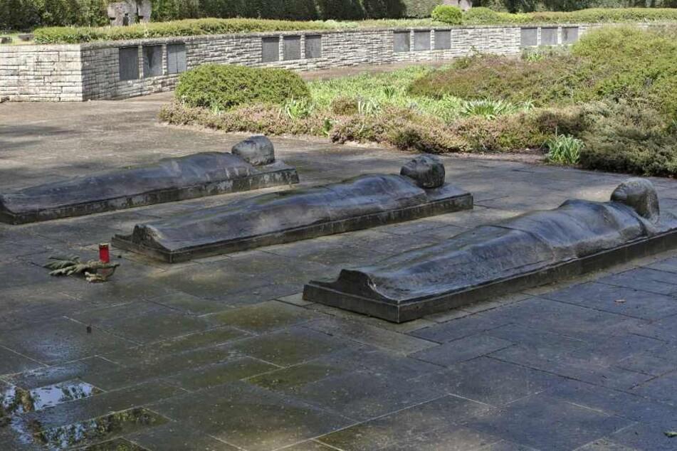 Die Bronzefiguren wurden vom Waldfriedhof in Darmstadt entwendet.
