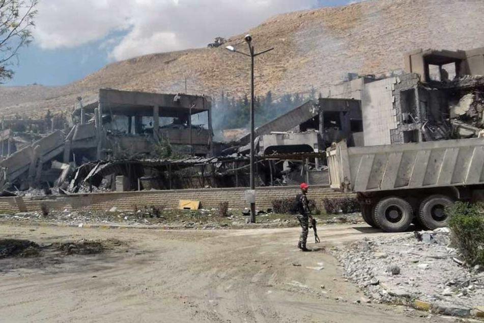 Dieses von der syrischen Nachrichtenagentur Sana zur Verfügung gestellte Foto zeigt die Überreste des Syrian Scientific Studies and Research Center, das während eines Militärschlags zerstört wurde.