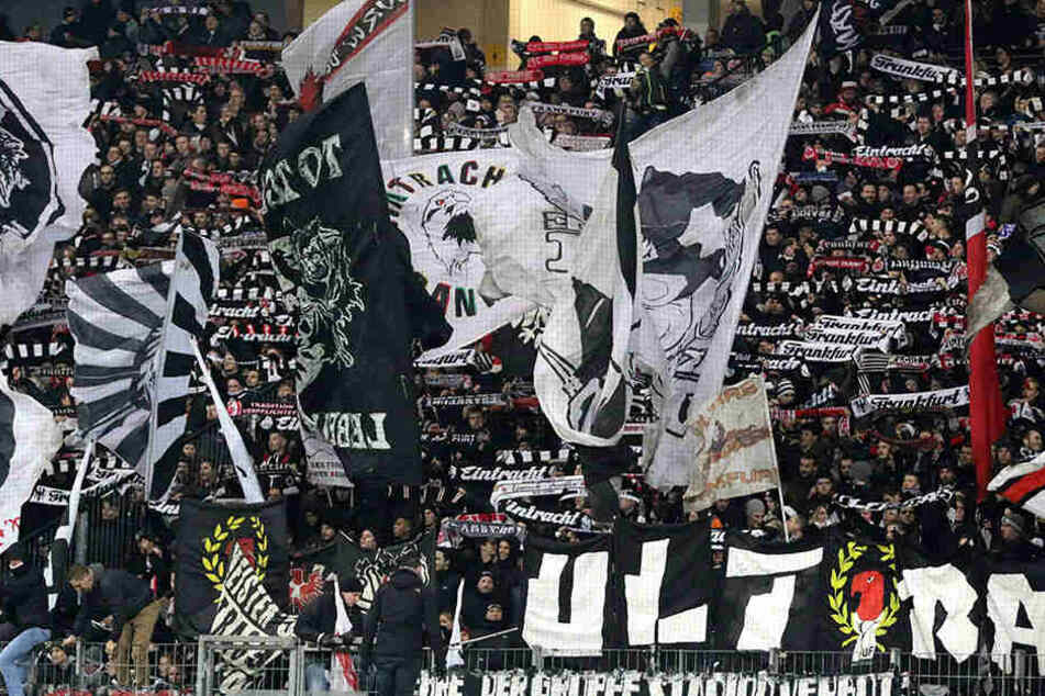 Die Ultras von Eintracht Frankfurt stehen lautstark und bedingungslos hinter ihrem Team.