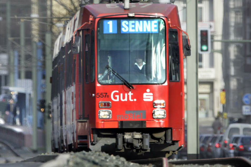 Mann zeigt Hitlergruß in Stadtbahn: Fahrgast rastet völlig aus