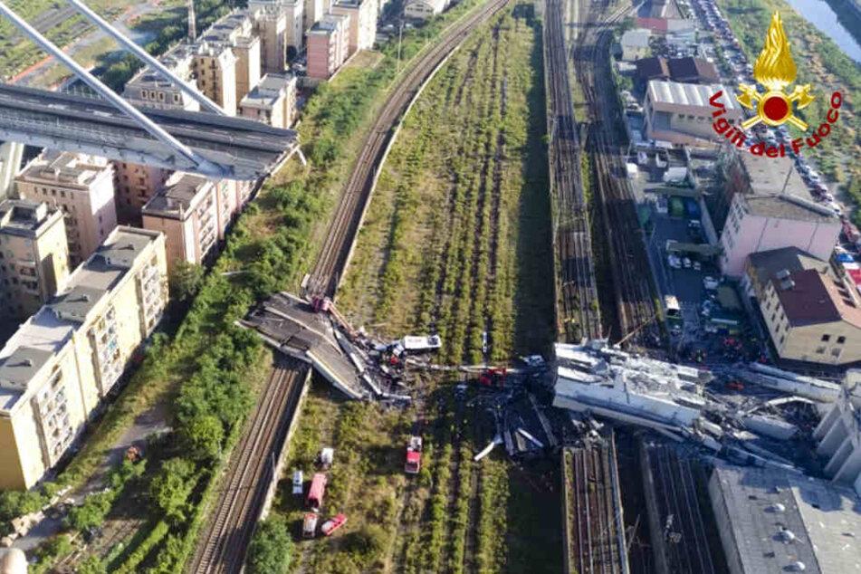 Das von der italienischen Feuerwehr zur Verfügung gestellte Foto zeigt Rettungsarbeiten an der teilweise eingestürzte Morandi Autobahnbrücke.