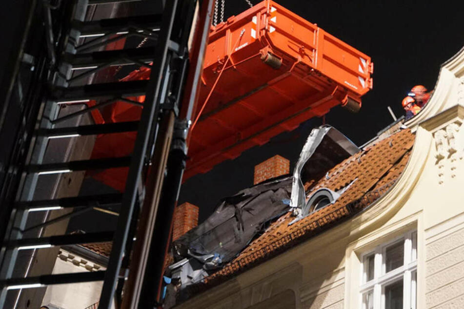 Durch den Sturm löste sich die Dachpappe des Wohnhauses und drohte auf die Straße zu fallen.