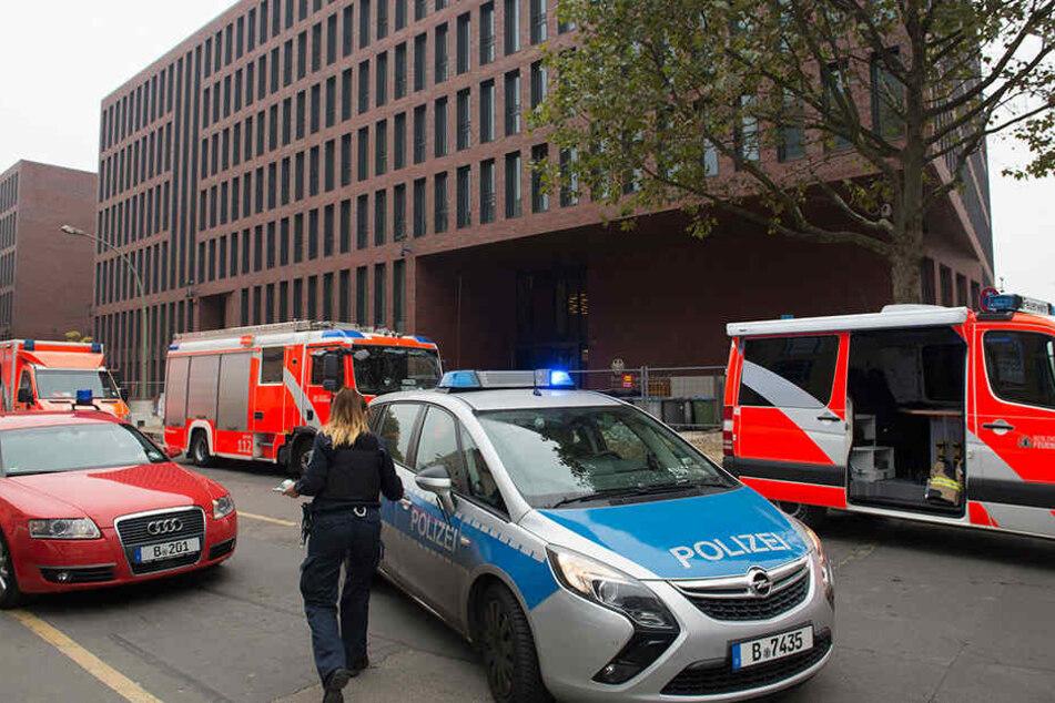 Feuerwehr- und Polizeiwagen stehen in Berlin vor der neuen Zentrale des Bundesnachrichtendienstes (BND).