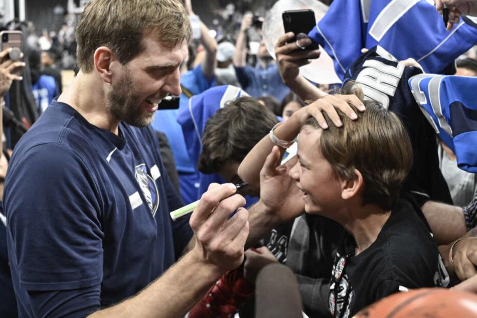 Ein Fan will vor dem letzten Spiel von Nowitzki ein Autogramm auf die Stirn.