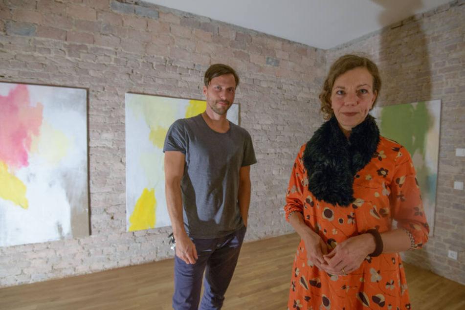Alte Ziegel, neue Bilder: Die Künstler Katharina Lichtner (49) und René Seifert (37) funktionierten die sanierten Wohnräume zum Ausstellungsraum um.