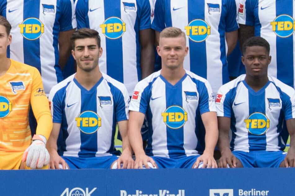 Daishawn Redan sitzt auf dem Mannschaftsfoto neben Maximilian Mittelstädt.