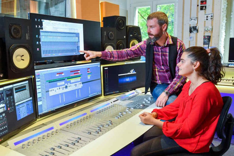 Sängerin Sissi (13) mit Produzent Norman Kreßner (39) im Studio.