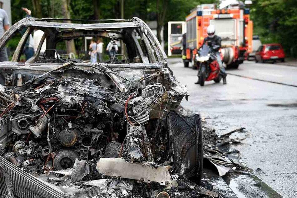Nur noch schrottreif: Eines der vielen Autos, die den Protesten zum Opfer fielen.