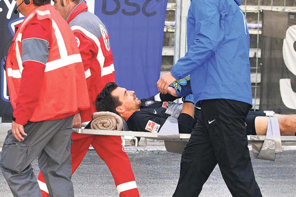 Nach der Verletzung wurde Martin Männel abtransportiert und noch während der Partie der Ellenbogen im Klinikum wieder eingerenkt.
