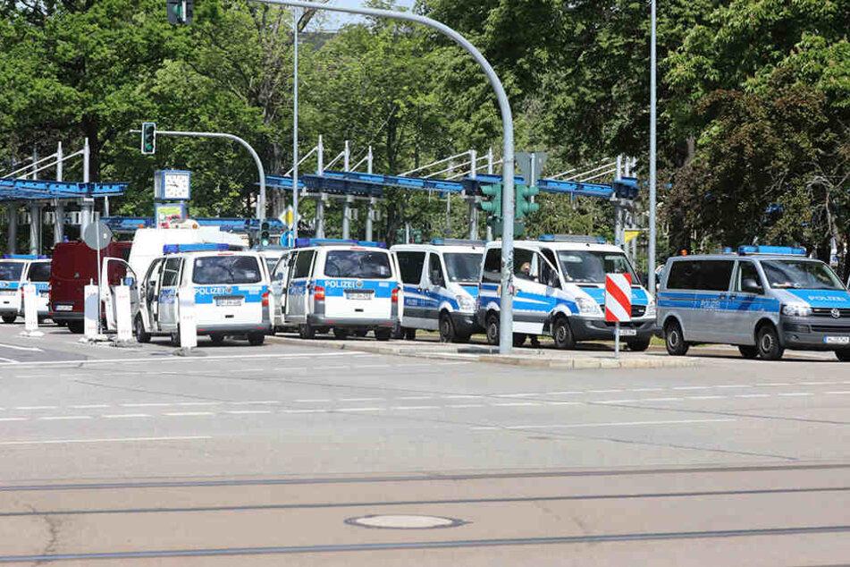 Die Polizei bei der Gegendemo am Busbahnhof.