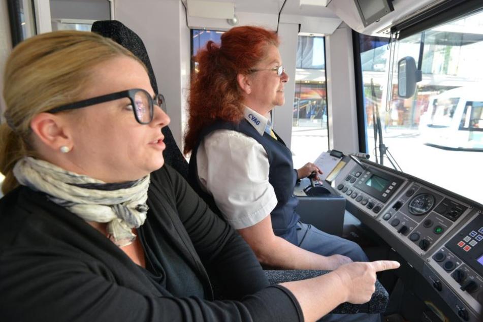 Hochachtung vor CVAG-Mitarbeitern: Susanne Schaper (40) mit Straßenbahnfahrerin Grit Buck (51).
