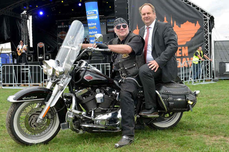 Im schicken Anzug dreht OB Hilbert hinter  Harley-Rocker Klaus-Dieter Lindeck (63) auf dem Motorrad eine Runde.