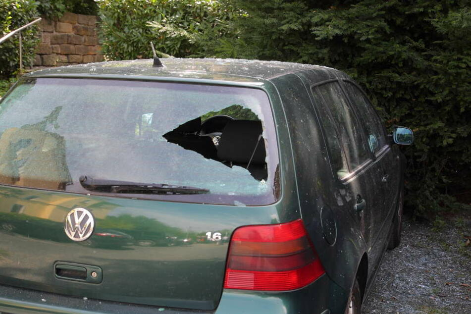 Dieser VW wurde durch geschleuderte Steinbrocken schwer beschädigt.