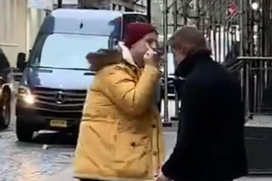 Diese beiden Männer gerieten auf einer Straße in New York aneinander.