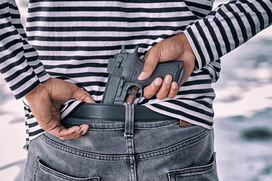 Die Pistole beeindruckte den rüstigen Rentner überhaupt nicht (Symbolbild).