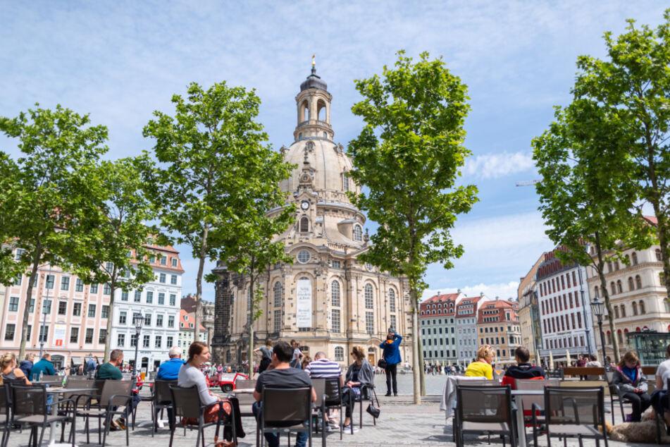 Seit 15. Mai ist die Gastronomie in Dresden wieder geöffnet. Vor der Frauenkirche sitzen Leute in einem Restaurant.