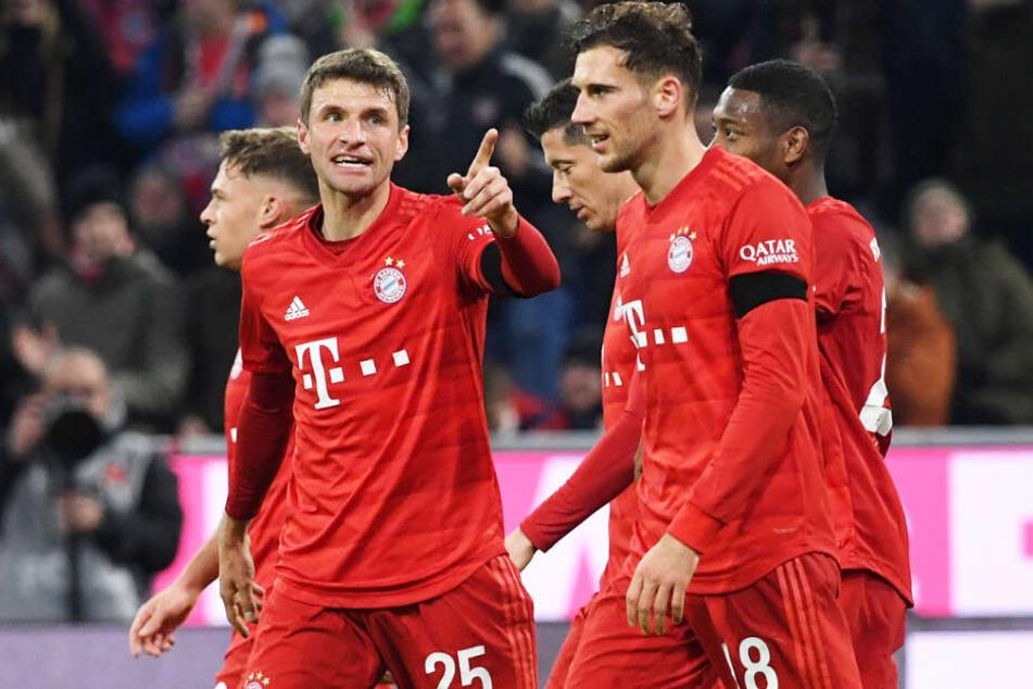 Thomas Müller (l.) und der FC Bayern München haben den FC Schalke 04 geradezu demontiert.