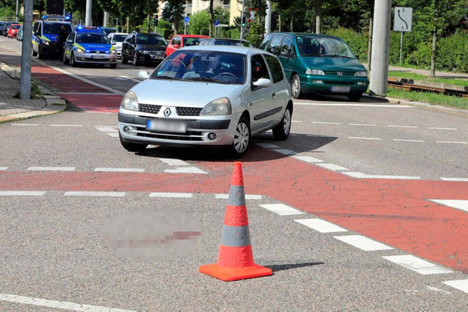 Ein Radfahrer wurde auf der Kreuzung von einem Renault erfasst.