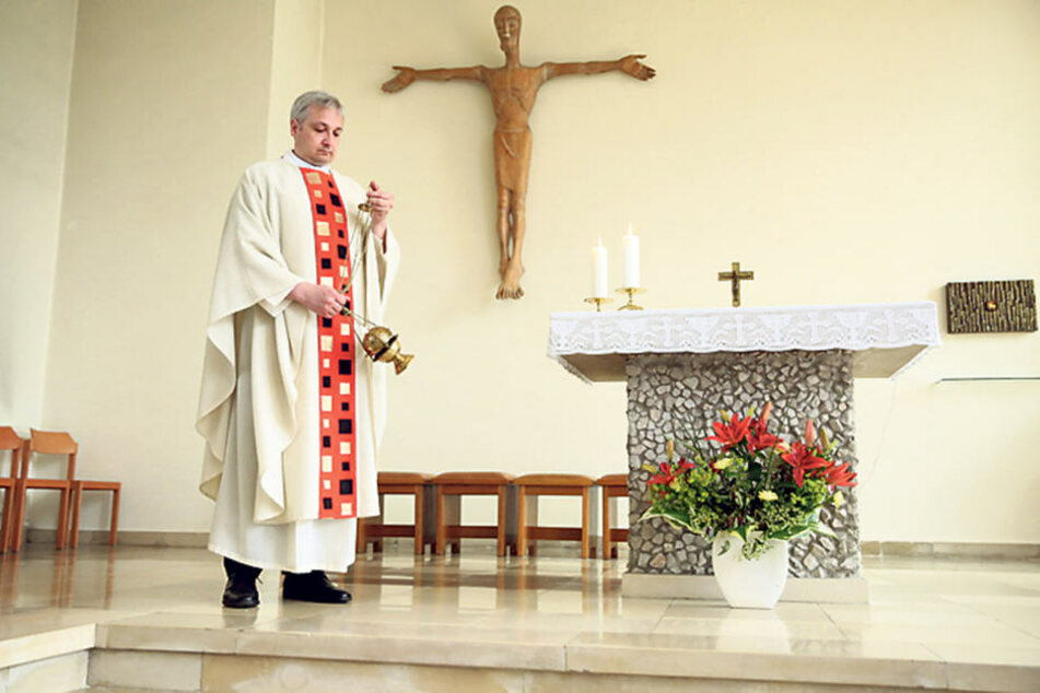 Im Messgewand segnet Wiesner den Altar mit Weihrauch. Im Juli tritt er seinen  heiligen Dienst in Leipzig-Borna an.